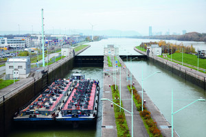 Lock operation on the Danube